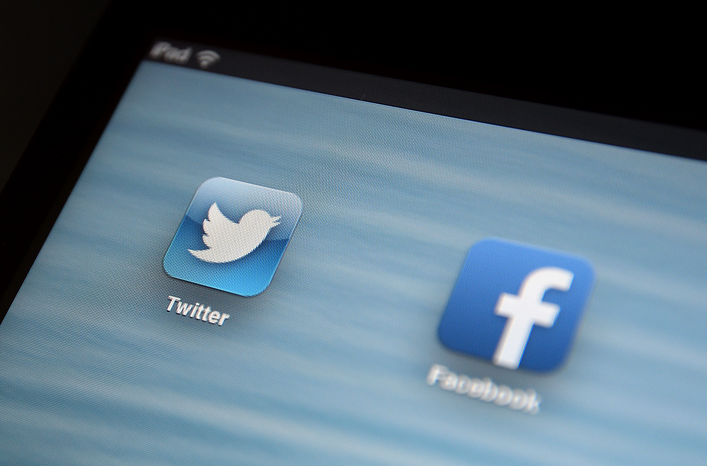 social media apps Twitter and Facebook