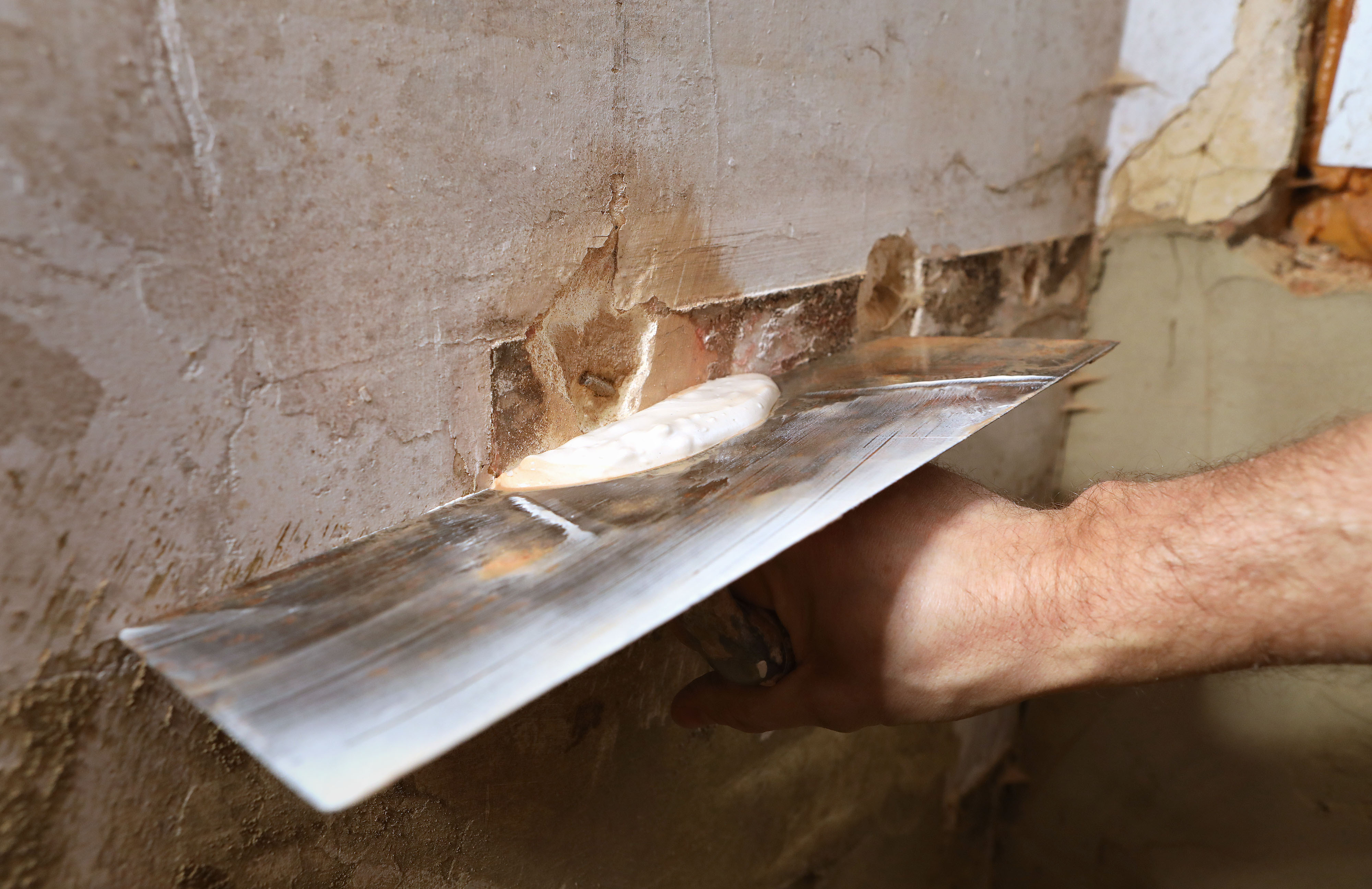 Richard Burr demonstrating how to do DIY plastering repairs (Philip Toscano/PA)