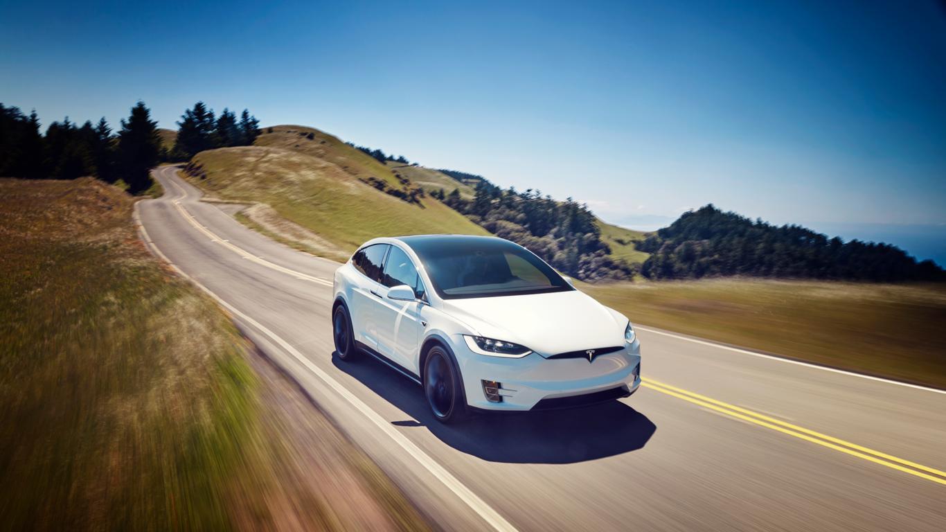 Tesla assuages cash concerns with promise of Model 3 progress