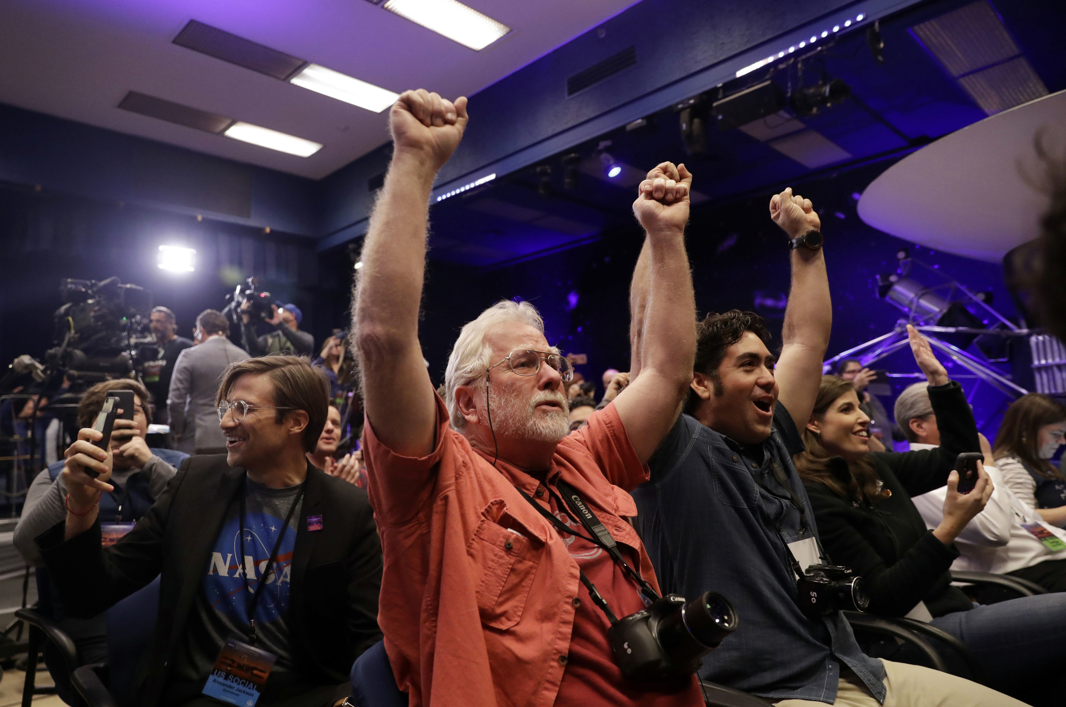 People celebrate as the In Sight lander touchdowns on Mars at Nasa's Jet Propulsion Laboratory
