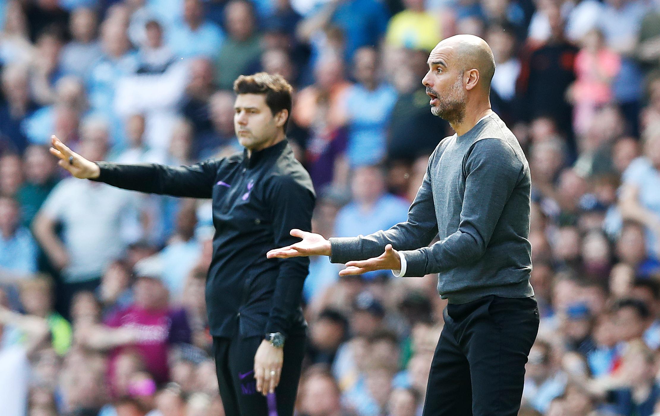 Manajer Tottenham Hotspur Mauricio Pochettino (kiri) dan manajer Manchester Metropolis Pep Guardiola di tepi lapangan semuanya melalui pertandingan Liga Premier di Etihad Stadium, Manchester