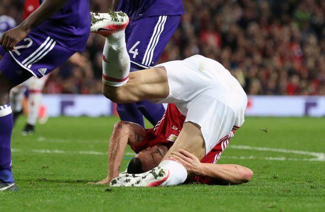 Zlatan Ibrahimovic falls before suffering an injury