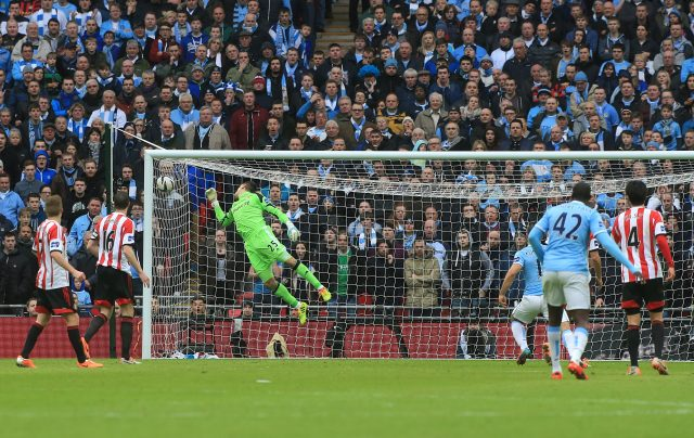 Manchester City's Yaya Toure scores the equalising goal against Sunderland