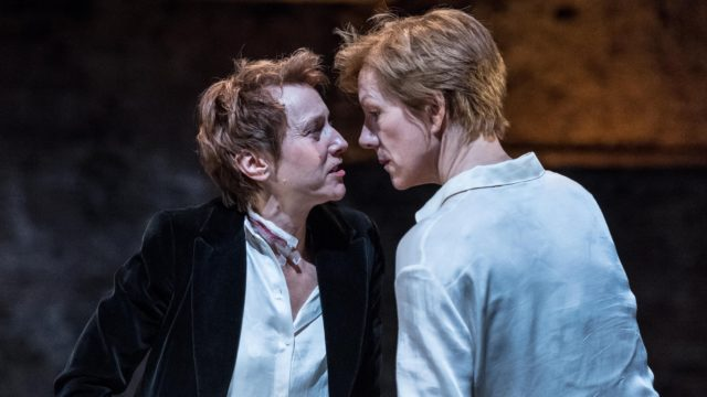 Lia Williams as Elizabeth I & Juliet Stevenson as Mary Stuart. (Manuel Harlan).