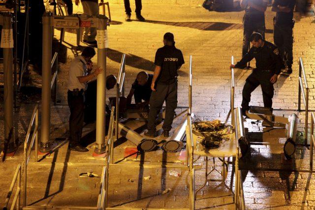 Israel scraps metal detectors at entrance to holy site