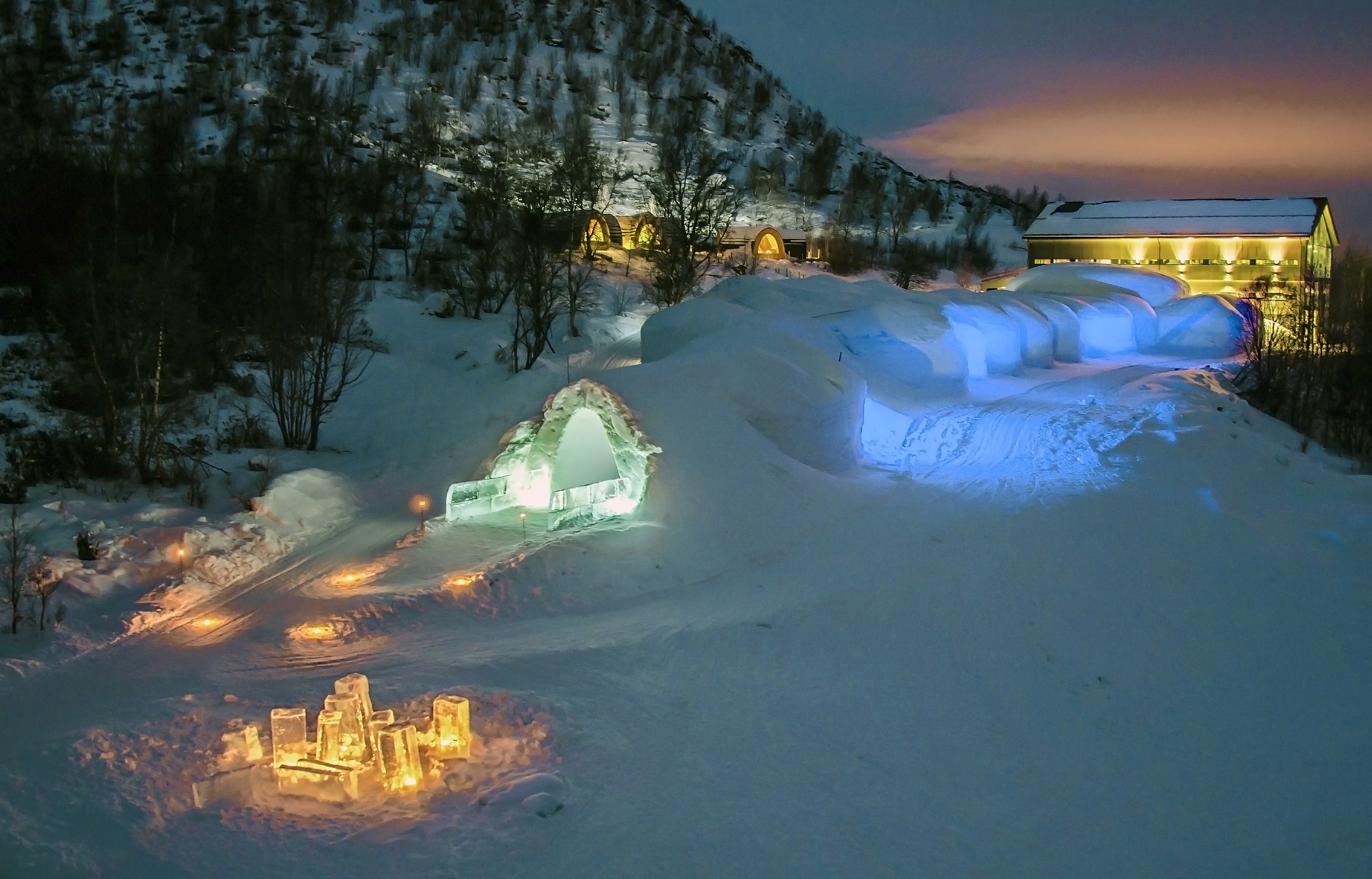 5 of the world s coolest igloo hotels for the ultimate for Kirkenes snow hotel gamme cabins