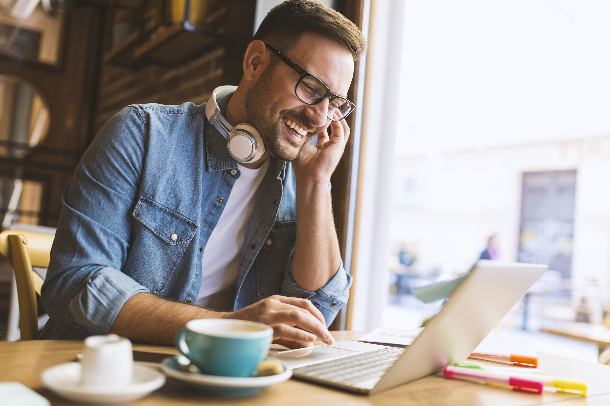 man working remotely from the coffeehouse