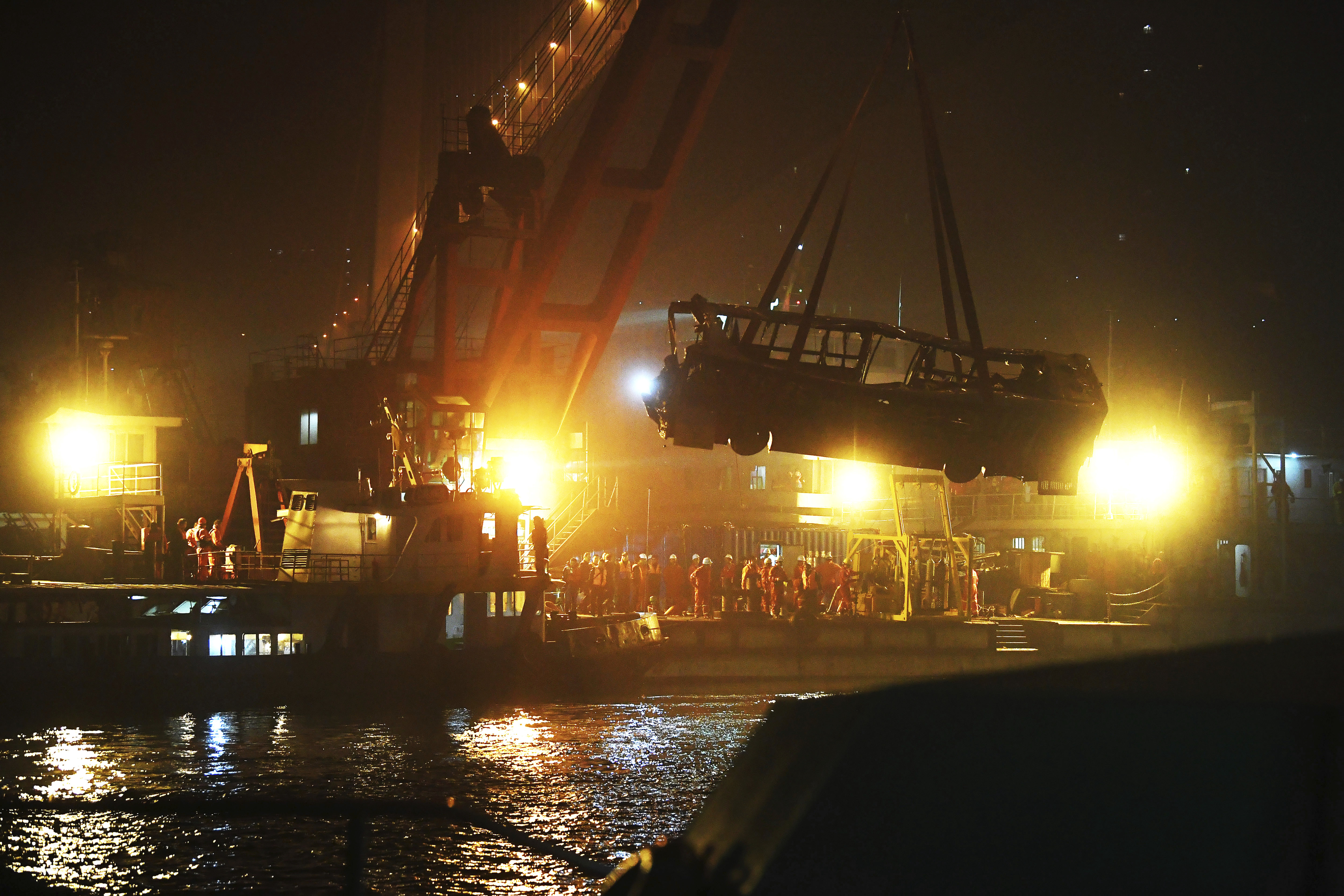 The bus is lifted out of the Yangtze River