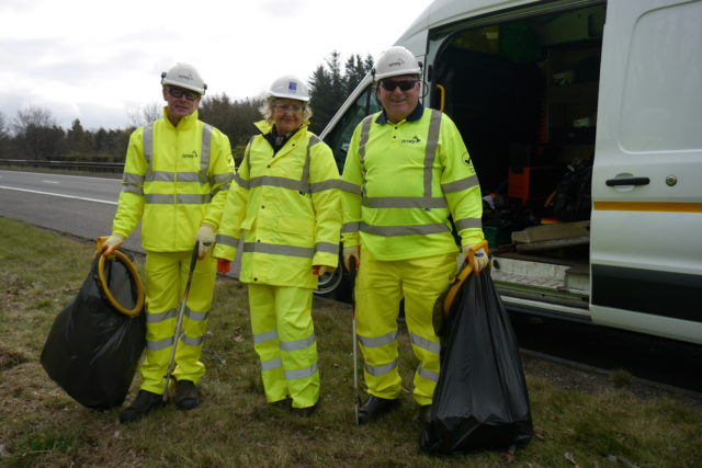 Environment Secretary Roseanna Cunningham with rubbish collectors beside the M9