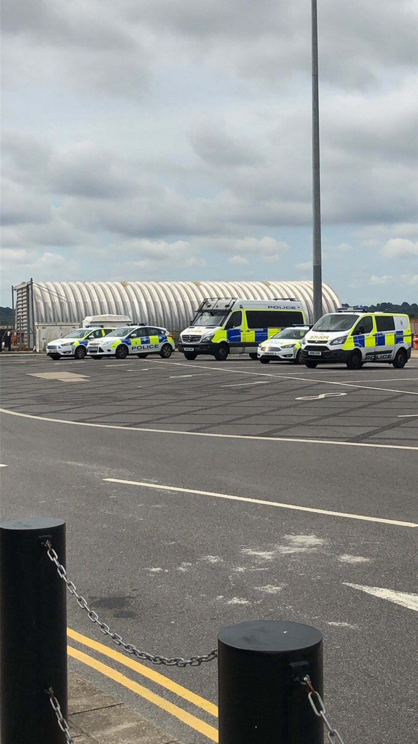 Police outside the terminal on Saturday morning (Lando: Twitter @LandoNorrisClub)