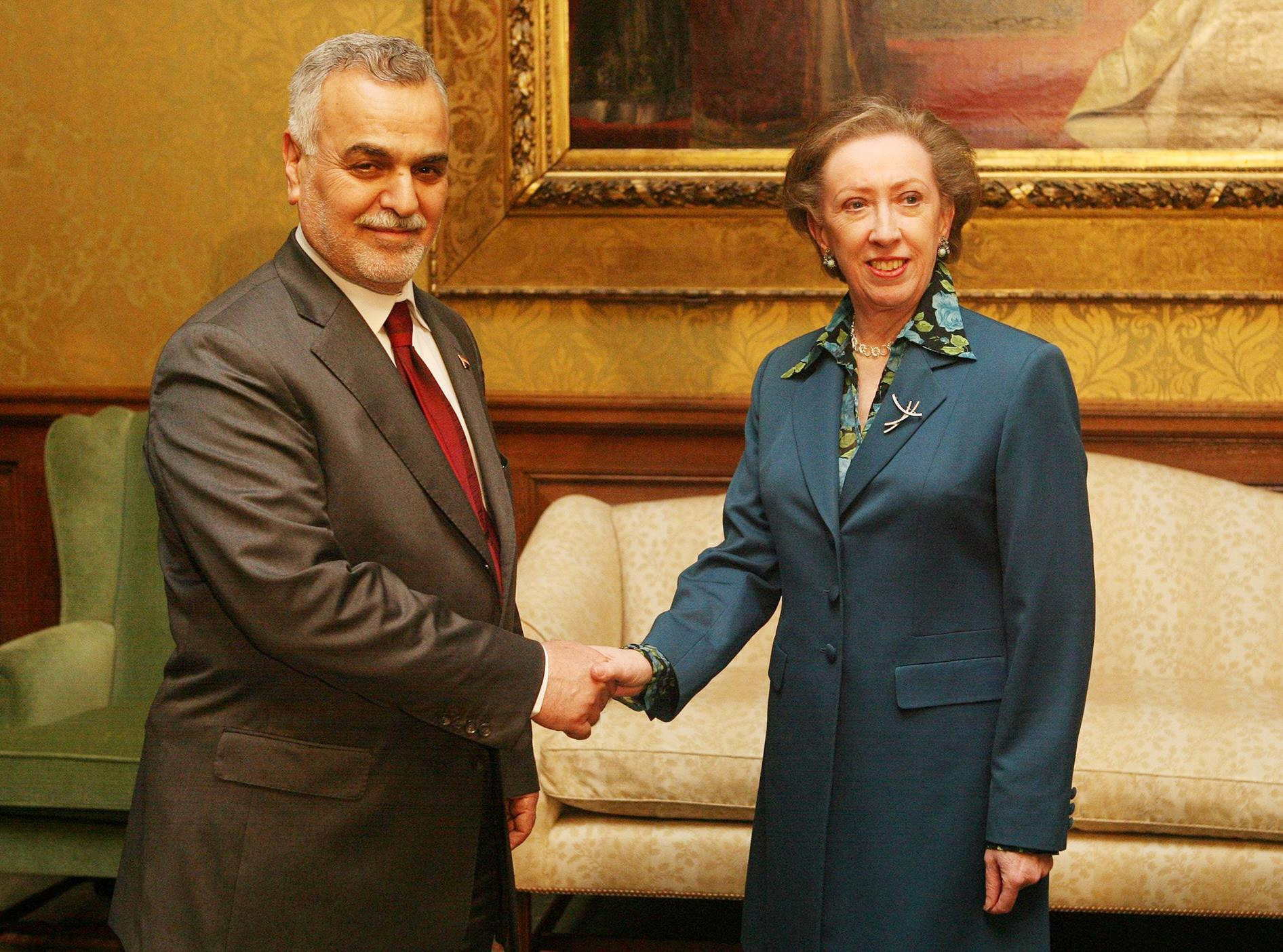 Beckett shaking hands with the then-Vice President of Iraq