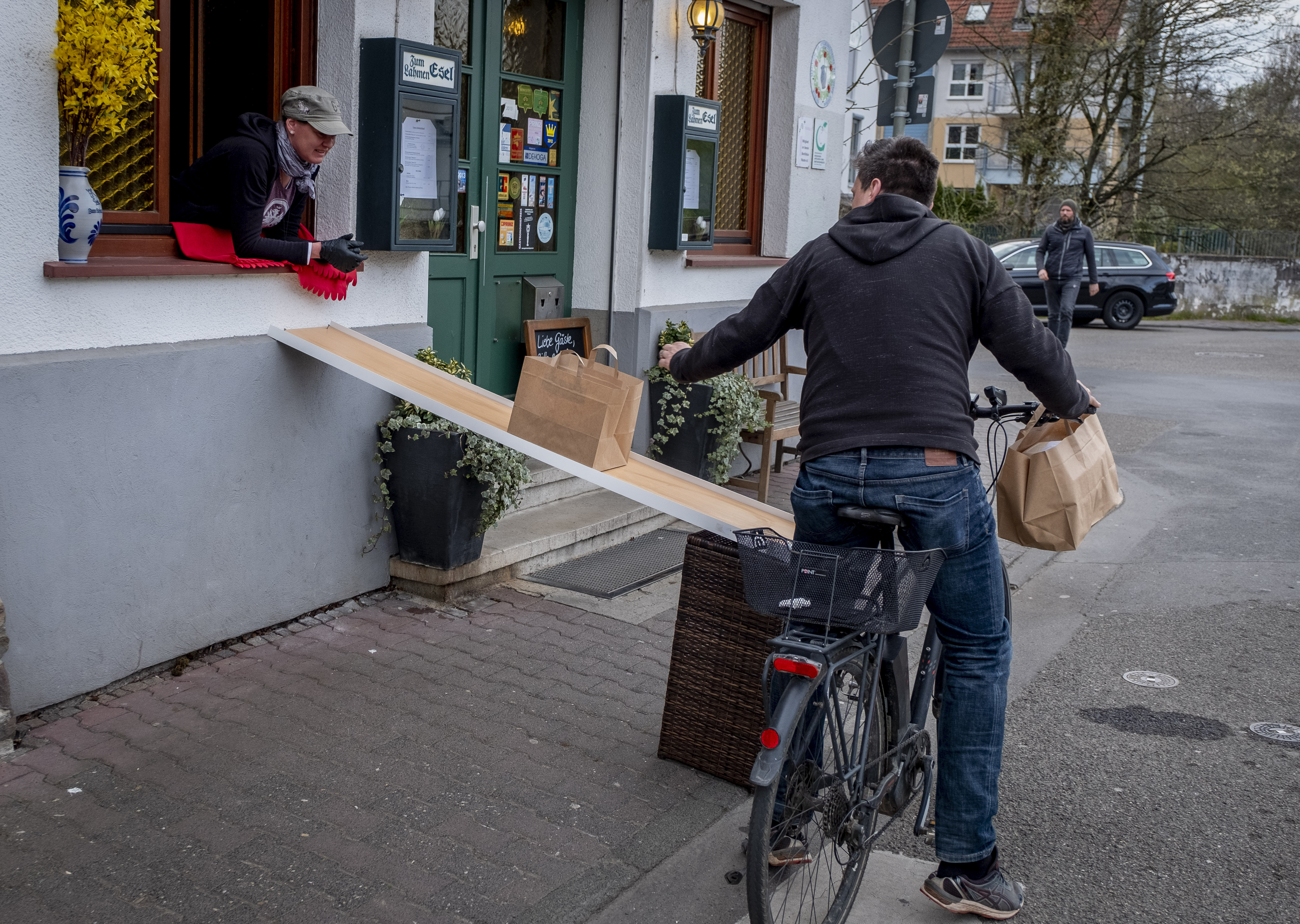 A cyclist picks up a takeaway in Frankfurt (
