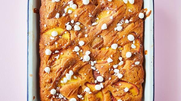 Peach and dulce de leche cake recipe with meringues and cream