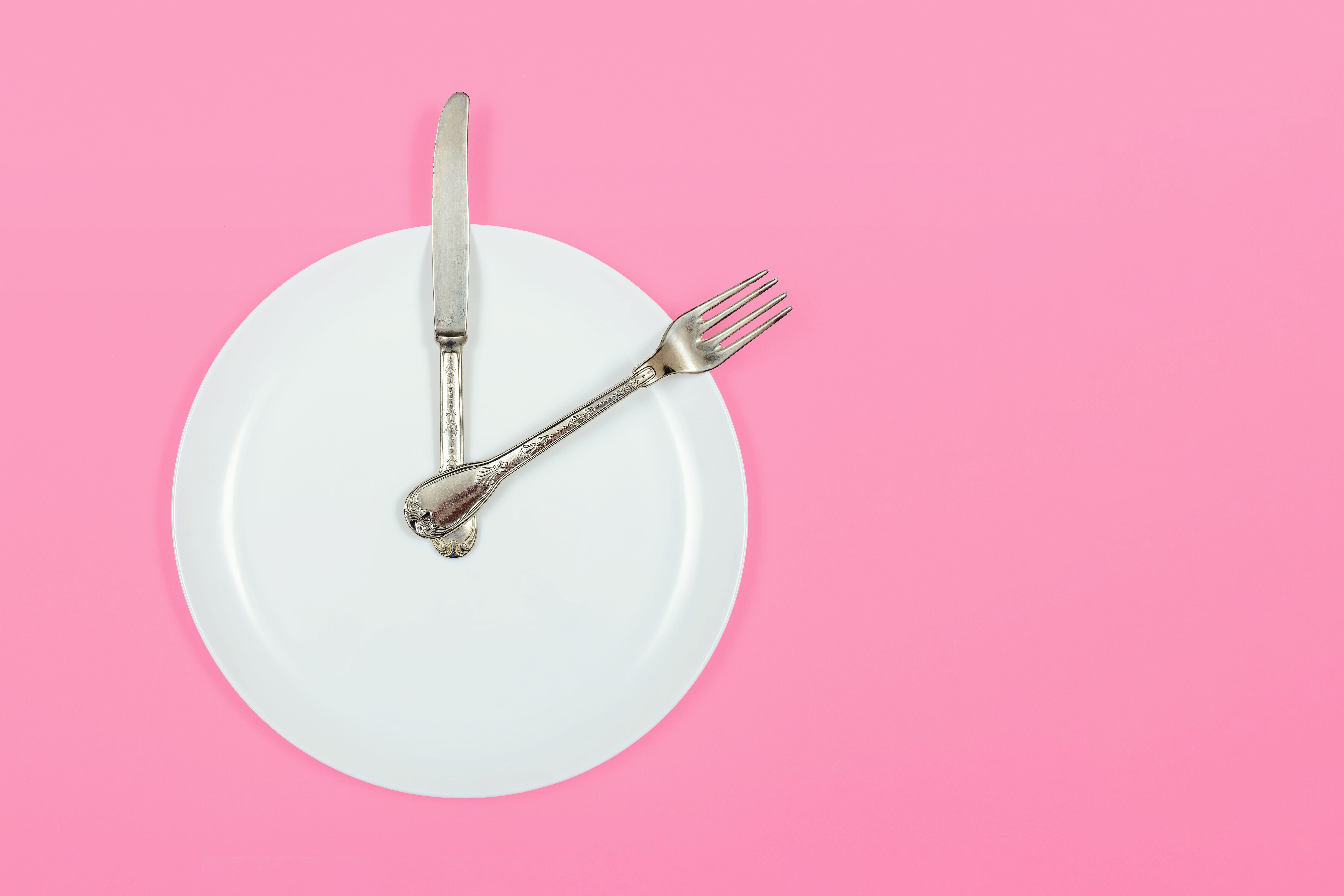 Empty plate with cutlery making it look like a clock